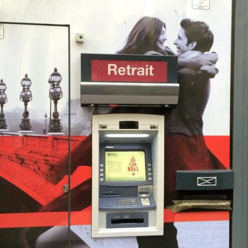 """sopra al bancomat """"amore, abbiamo ancora soldi!"""""""