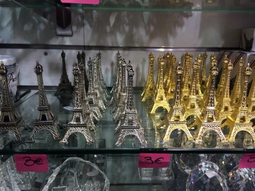 Per voi sono souvenir, per me sono una ricerca di mercato. Il grigio scuro tira, la torre color oro è passé.